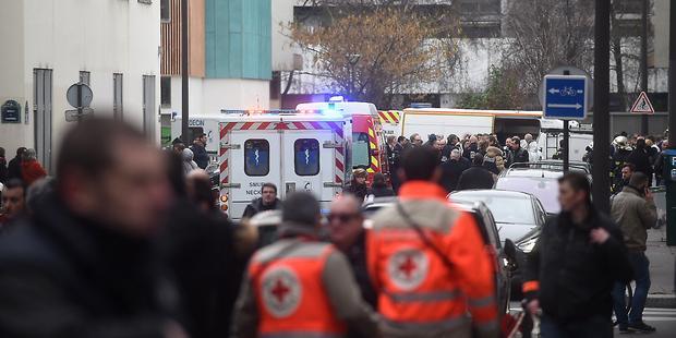 銃を持った複数の男に襲撃され、少なくとも12人が死亡し、数人が重軽傷を負った。 © Antoine Antoniol/Getty Images