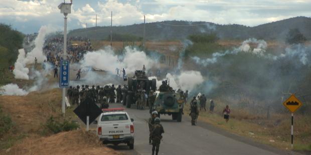 死者33人を出した2009年の衝突で、警官はデモ参加者に催涙ガスを使った。(C)Thomas Quirynen