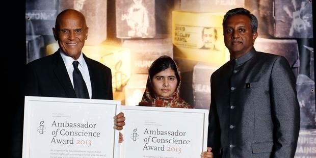 「良心の大使」賞を受賞したマララ・ユスフザイさん(真ん中)と、ハリー・ベラフォンテさん(左)