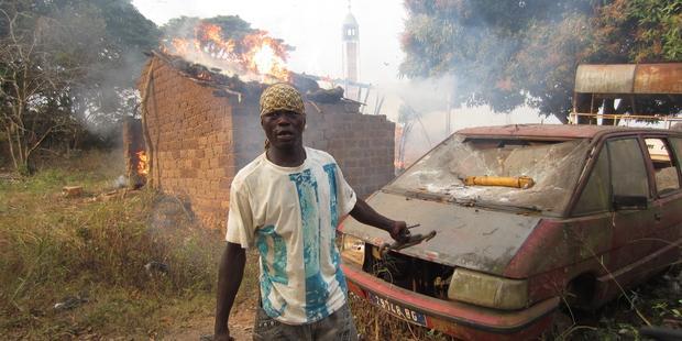 1月末、首都バンギの北でイスラム教徒の施設を放火・略奪するキリスト教徒住民(C) Amnesty International