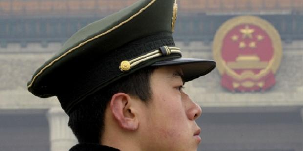 天安門広場をガードする、当局の警察官(C)AI