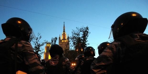 武力を行使するロシア警察(C) AFP/Getty Images