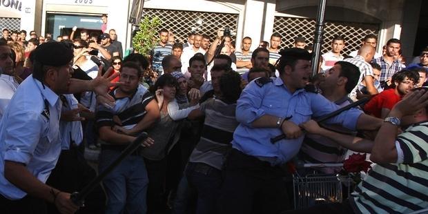 警察は、平和的なデモの参加者を弾圧した。