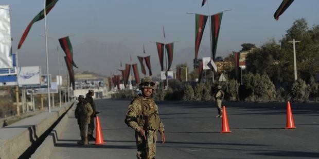 カブールで行われているロヤ・ジルガの開催会場周辺を警備するアフガンの警官。(C) MASSOUD HOSSAINI/AFP/Getty Images