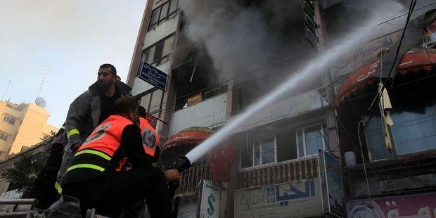 イスラエル軍は人口が密集した居住地域に砲撃を加え、政府や報道機関の建物を 攻撃した。(c)AFP/Getty