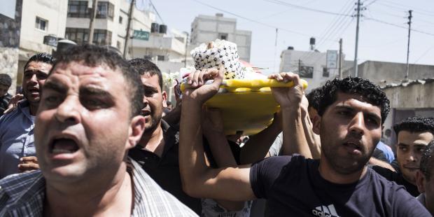 8月26日、西岸地区でパレスチナ人3名の葬儀の中、抗議デモが行われた(C)Ilia Yefimovich/Getty Images