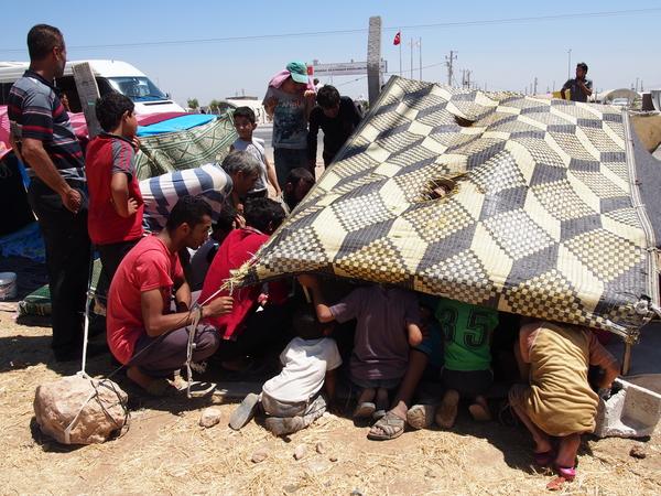 トルコ政府が運営する難民キャンプは飽和状態で、入れない人たちは外で何週間も何カ月も待ち続けている。