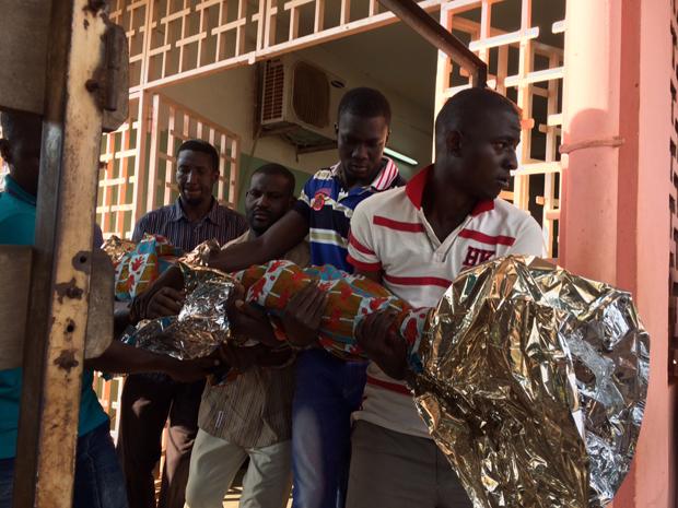 写真:亡くなった子どもの遺体を運ぶ家族 ©Amnesty International
