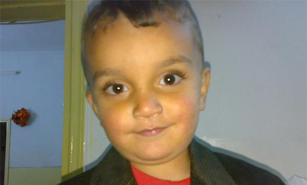 シリア政府の爆撃により、殺害された男の子。(C)AI