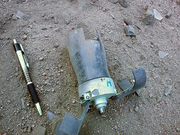 クラスター爆弾の攻撃を受けたサーダ市近郊アフマの住宅地。弾頭の型式は、ブラジルのアビブラス社製造のものと類似している。