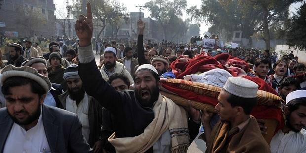 軍が関与した疑いが高い殺害の多発に抗議する人びと。© A Majeed/AFP/Getty Images