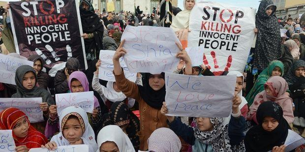 犯人を取り締まらない限り犠牲者の遺体は埋葬しないと抗議する女性や子供たち © Banaras Khan/AFP/Getty Images