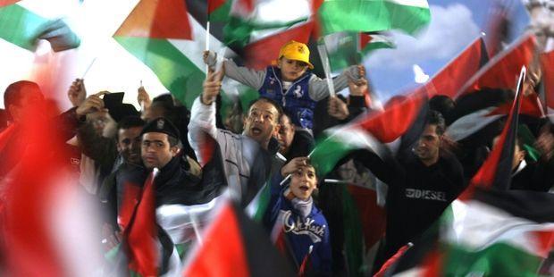 歴史的な承認を祝うパレスチナの人びと。(C) AFP/Getty