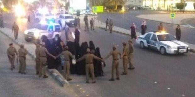 警備隊は中部の 都市ブライダフで 抗議活動をする人びとを追い払い、女性18人を拘束した。© Private