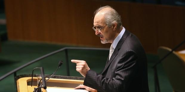 国連総会で採択前に演説するシリア国連大使 (C) Getty Images