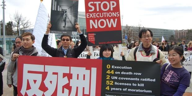 死刑廃止のキャンペーンを行う、台湾のサポータ。(c)AI
