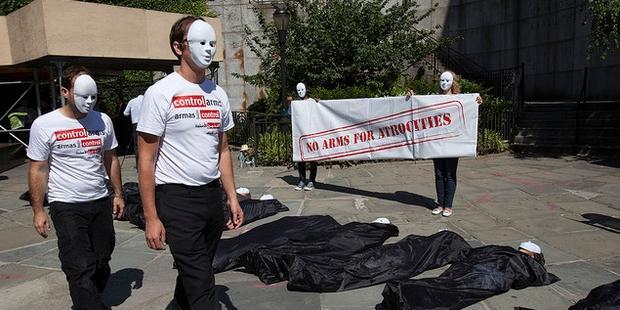 ニューヨークの国連ビル前で活動家たちが遺体袋に入り、強力な武器貿易条約を要求した© Control Arms Coalition/Andrew Kelly