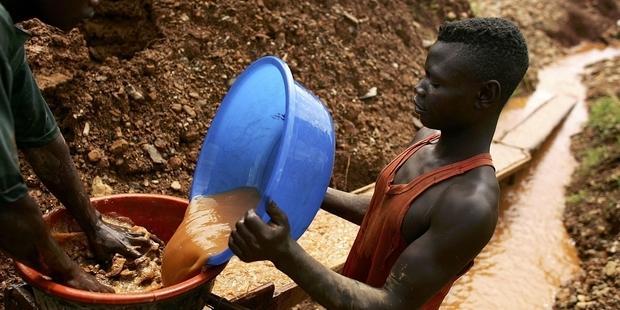 携帯電話、コンピューターなど幅広い製品に使われる紛争鉱物の採掘現場 (C) Spencer Platt/Getty Images